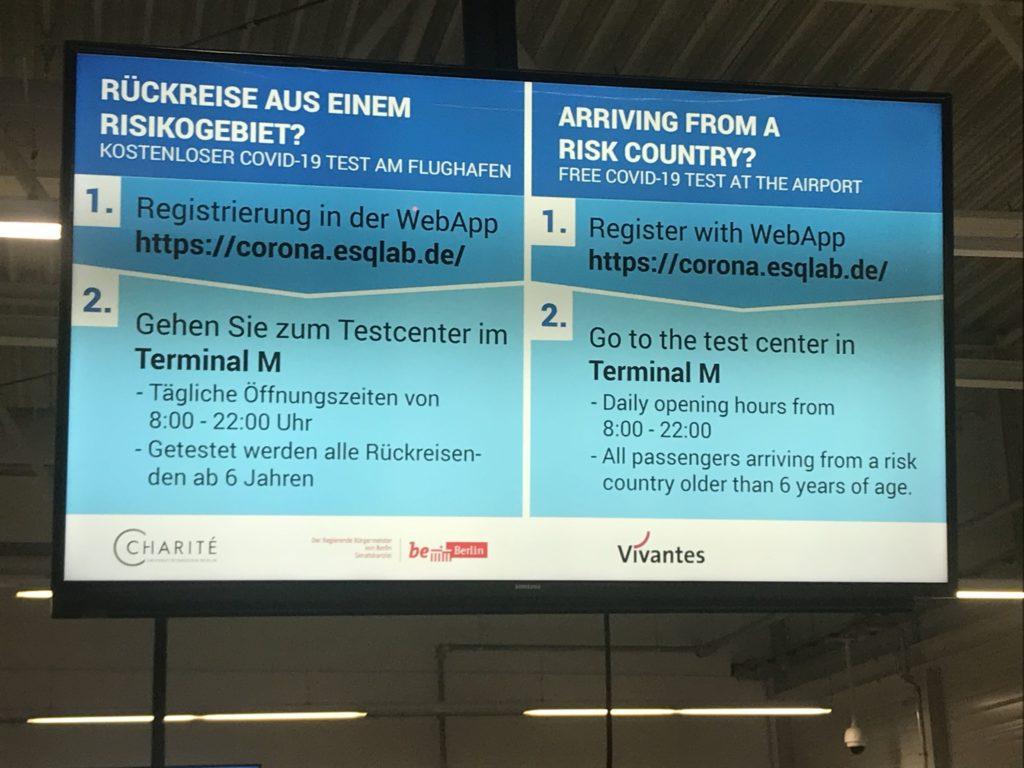 シェーネフェルト空港でのPCR検査案内表示